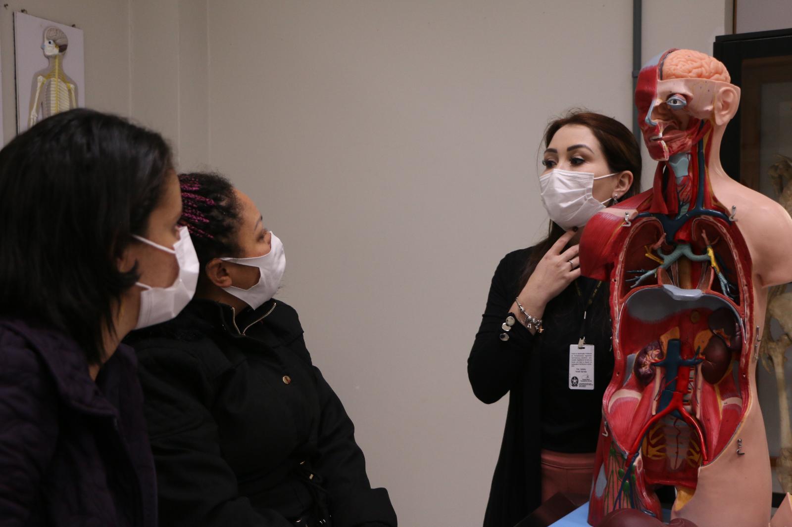 Alunos do Cebrac fazem visita ao laboratório de Anatomia da UniGuairacá
